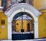 brána s pamětní deskou